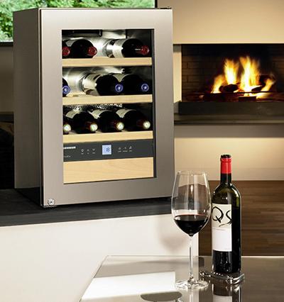 Cửa kính màu của tủ lạnh ướp rượu vang Bosch có khả năng chống tia cực tím, bạn có thể quan sát các chai rượu vang bên trong bằng mắt thường