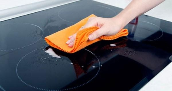 Dùng nước lau kính và vải mềm vệ sinh bề mặt bếp là tốt nhất
